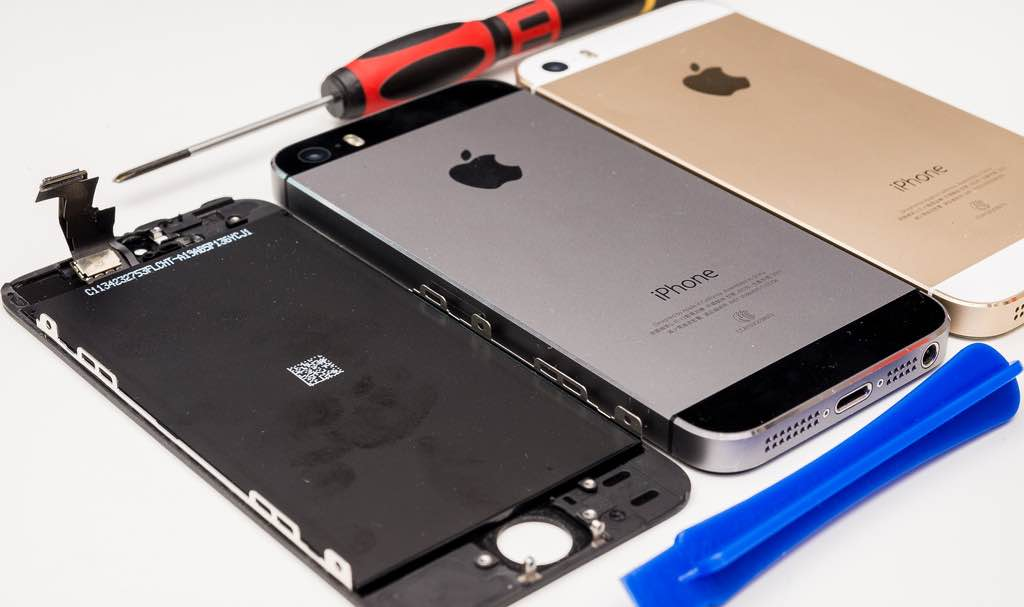 爸爸的 iPhone 5S 也壞了?維修起來比 4S 更簡單呢~