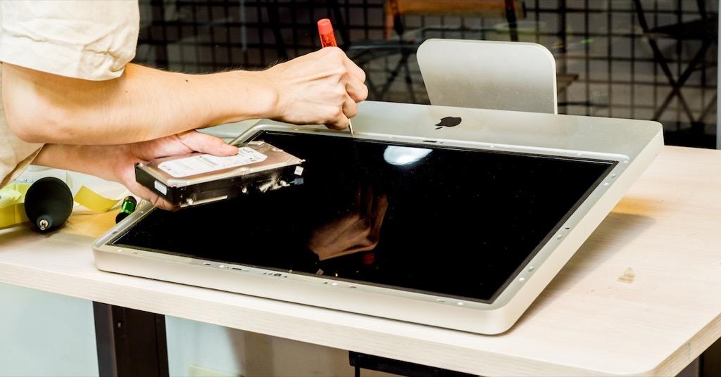 拆 iMac 螢幕一點都不可怕!輕鬆換硬碟並清理灰塵~