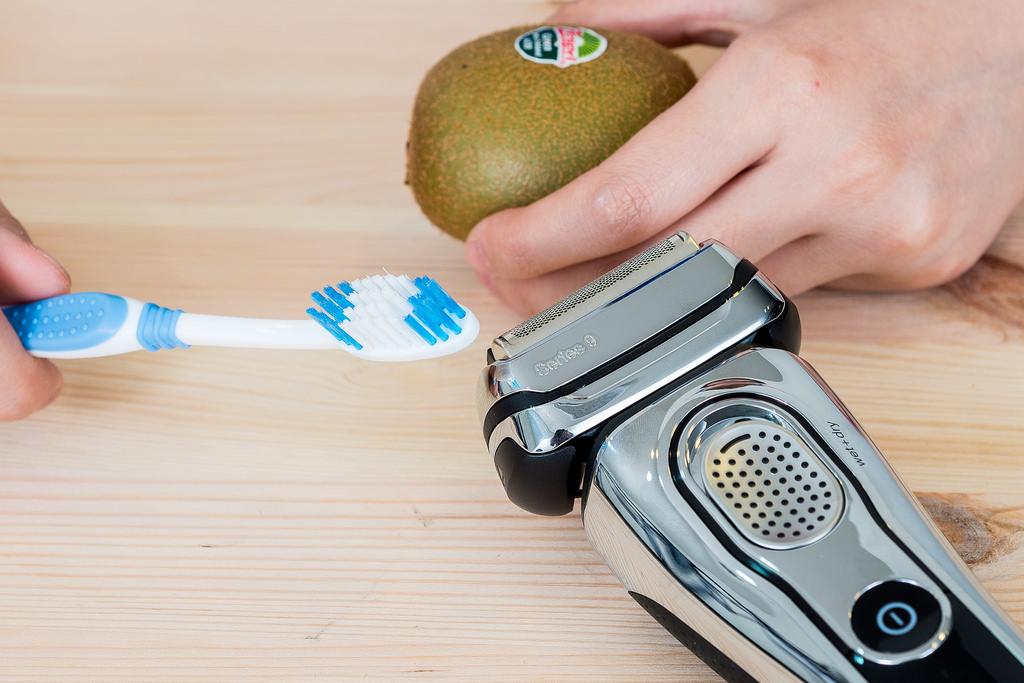 Braun Series 9 百靈刮鬍刀評測:奇異果+牙刷刮毛極限大挑戰