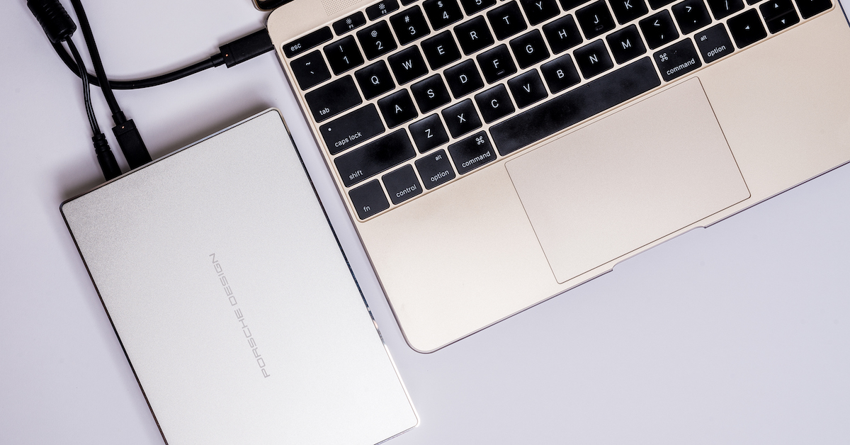 LaCie Porsche Design 5TB P9237 保時捷設計外接硬碟評測:漂亮還能幫 MacBook 充電